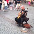 Luc Arbogast fait le buzz en chantant dans la rue, en juin 2014 devant la Cathédrale de Strasbourg.