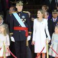 Le roi Felipe VI, la reine Letizia d'Espagne et leurs filles, la princesse Leonor et l'infante Sofia, posent devant le parlement à la sortie de la cérémonie d'investiture à Madrid. Le 19 juin 2014