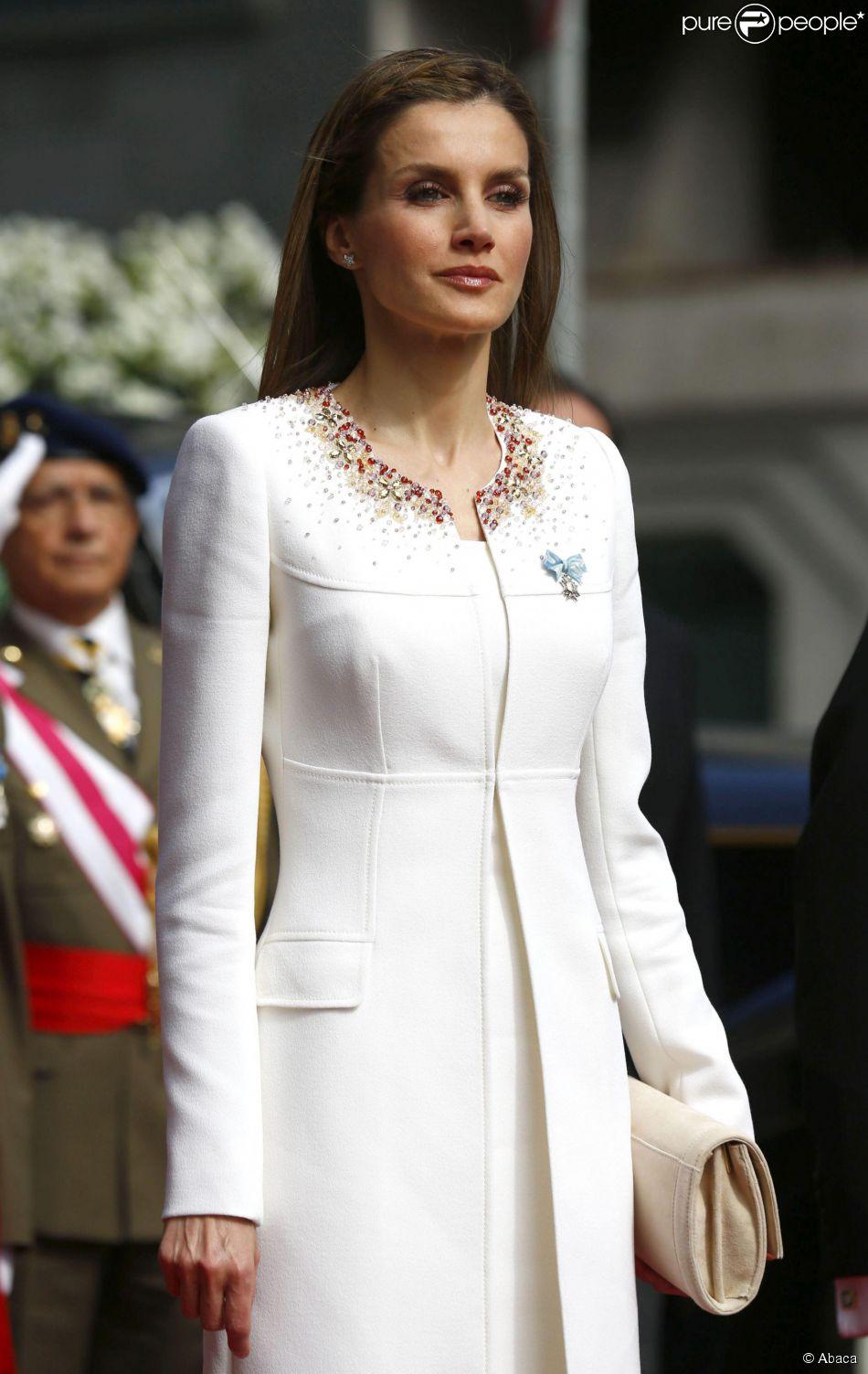 Letizia d'Espagne, nouvelle reine d'Espagne tout de blanc vêtue pour assister au serment de son époux, le roi Felipe VI à Madrid le 19 juin 2014