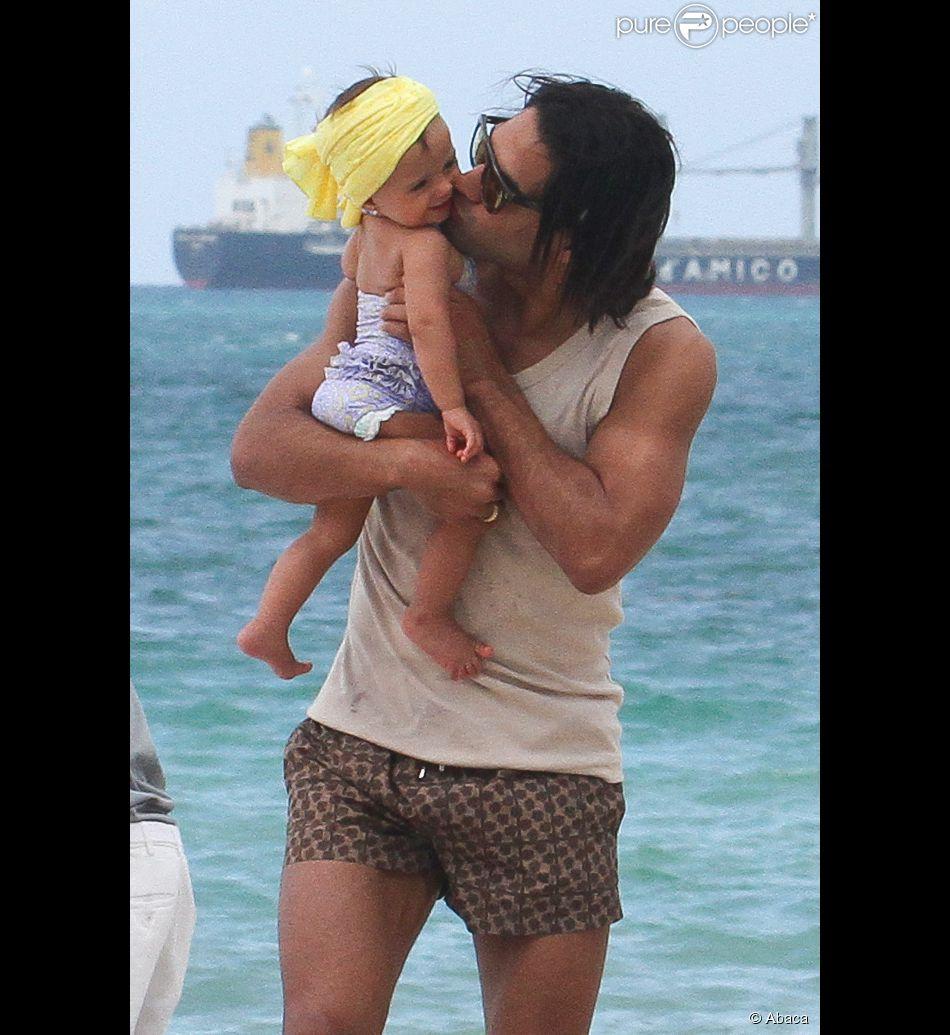 Falcao, papa attentionné avec sa petite Dominique, le 19 juin 2014 à Miami