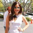 """Lucy Hale arrive à l'émission """"Extra"""" à Universal City, le 14 mai 2014."""