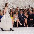 Jennifer Lawrence, Sidney Toledano et Emma Watson au premier rang du défilé haute-couture Christian Dior automne-hiver 2014-15 au musée Rodin. Paris, le 7 juillet 2014.