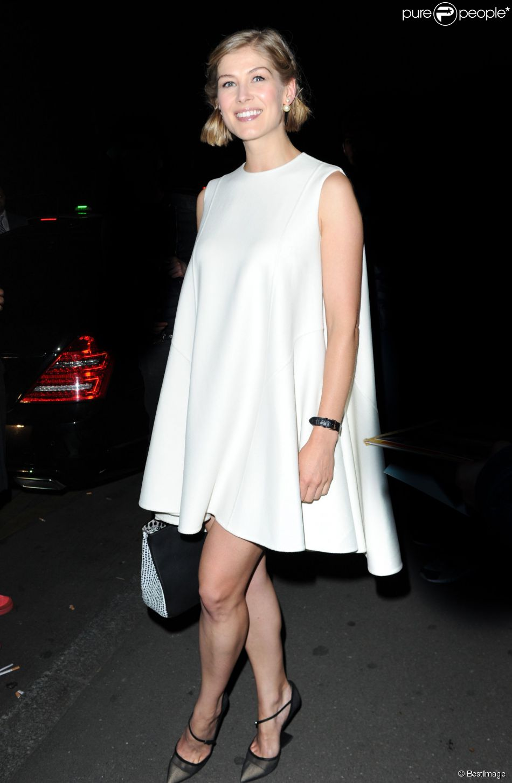 Rosamund Pike  enceinte  arrive au Caviar Kaspia pour le d  238 ner Dior    Rosamund Pike 2014