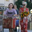 Exclusif - Miley Cyrus et sa soeur Noah vont faire des courses à Los Angeles, le 29 juin 2014. Miley porte son nouveau petit chien Emu dans ses bras.