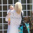 Le petit Apollo dans les bras de sa maman. Gwen Stefani et son mari Gavin Rossdale en compagnie de leurs enfants arrivent au domicile de Rachel Zoe à Malibu, le 5 Juillet 2014.