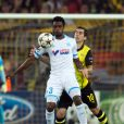 Nicolas Nkoulou à la lutte avec Henrich Mchitarjan du Borussia Dortmund le 1er octobre 2013 en Allemagne.