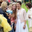 Photos et selfies, Victoria a payé de sa personne. La famille royale de Suède célébrait le 14 juillet 2014 le 37e anniversaire de la princesse Victoria de Suède. Le roi Carl XVI Gustaf, la reine Silvia, le prince Daniel et la princesse Estelle étaient réunis à la Villa Solliden, sur l'île d'Öland, pour la traditionnelle rencontre avec le public.