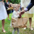 Moisson de cadeaux en cours, par la princesse Estelle ! La famille royale de Suède célébrait le 14 juillet 2014 le 37e anniversaire de la princesse Victoria de Suède. Le roi Carl XVI Gustaf, la reine Silvia, le prince Daniel et la princesse Estelle étaient réunis à la Villa Solliden, sur l'île d'Öland, pour la traditionnelle rencontre avec le public.
