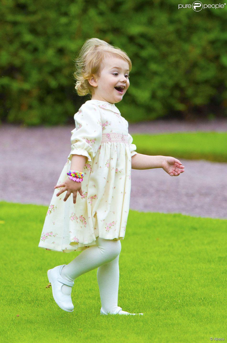 La princesse Estelle de Suède, 2 ans, était l'attraction de la célébration publique du 37e anniversaire de sa maman la princesse héritière Victoria, le 14 juillet 2014. Le roi Carl XVI Gustaf, la reine Silvia, le prince Daniel et la princesse Estelle étaient réunis à la Villa Solliden, sur l'île d'Öland, pour la traditionnelle rencontre avec le public.