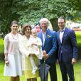 La princesse Estelle de Suède dans les bras de sa mamie la reine Silvia lors de la célébration publique du 37e anniversaire de sa maman la princesse héritière Victoria, le 14 juillet 2014. Le roi Carl XVI Gustaf, la reine Silvia, le prince Daniel et la princesse Estelle étaient réunis à la Villa Solliden, sur l'île d'Öland, pour la traditionnelle rencontre avec le public.