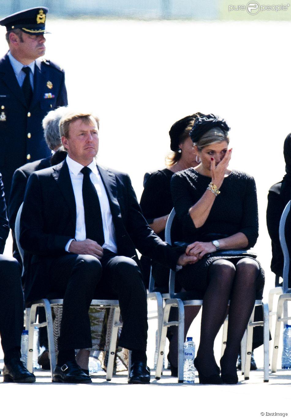 Le roi Willem-Alexander et la reine Maxima des Pays-Bas, particulièrement bouleversés et se soutenant mutuellement, le Premier ministre Mark Rutte et de nombreuses familles endeuillées ont assisté mercredi 23 juillet 2014 au rapatriement d'une quarantaine de cercueils contenant les dépouilles de victimes du vol MH17 de la Malaysian Airlines, à l'aéroport d'Eindhoven.