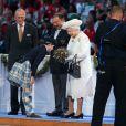 La reine Elizabeth II reçoit un bouquet lors de la cérémonie d'ouverture des Jeux du Commonwealth 2014, le 23 juillet au Celtic Park de Glasgow.