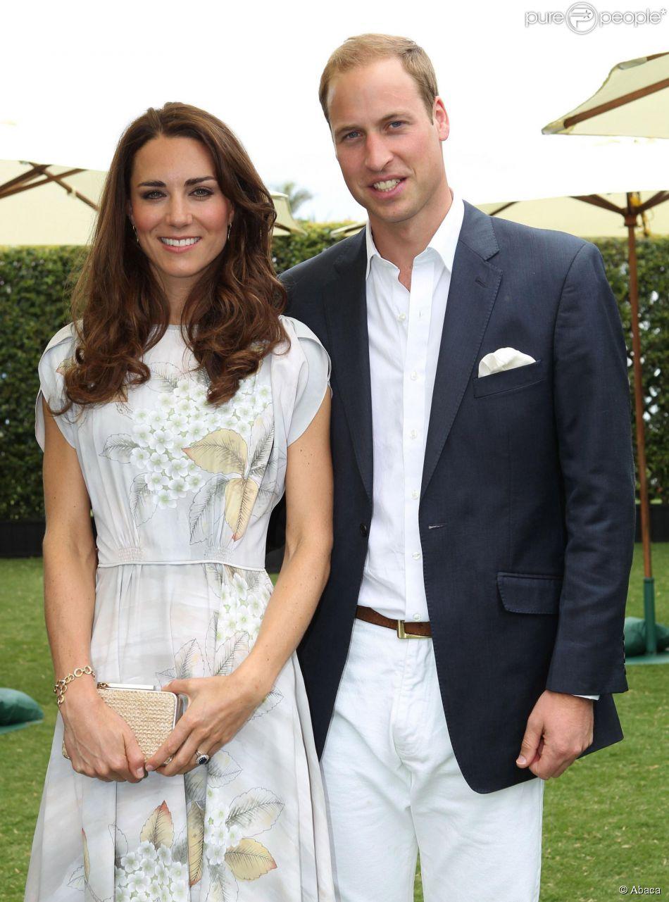 Kate Middleton, en robe Jenny Packham, et le prince William au club de polo de Santa Barbara, en Californie, le 9 juillet 2011. Le 26 juillet 2014, la duchesse de Cambridge recyclait cette même robe pour le mariage d'Alexander Vaulkhard et Sarah Nicholason à Batcombe, en Angleterre.