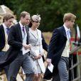 Kate Middleton, en robe Jenny Packham, et les princes William et Harry lors du mariage d'Emily McCorquodale le 9 juin 2012 à Stoke Rockford. Le 26 juillet 2014, la duchesse de Cambridge recyclait cette même robe pour le mariage d'Alexander Vaukhard et à Batcombe, en Angleterre.