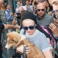 Miley Cyrus avec son nouveau chien Emu Coyne dans les rues de New York, le 4 août 2014.