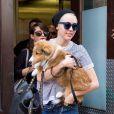 Miley Cyrus avec son nouveau chien Emu dans les rues de New York, le 4 août 2014.