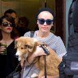 Miley Cyrus avec son chien Emu dans les rues de New York, le 4 août 2014.
