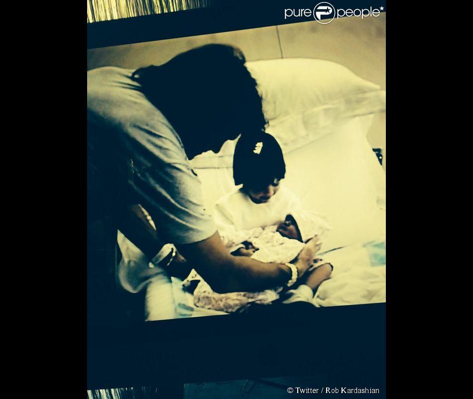 Rob Kardashian, demi-frère de Kylie Jenner, a tweeté une photo de Kylie à sa naissance, dans les bras de Kendall et près de son père Bruce pour son 17e anniversaire.