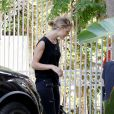 Rosie Huntington-Whiteley, surprise devant son domicile à Los Angeles, porte un top et un pantalon Paige, et de chaussures Charlotte Olympia. Le 12 août 2014.