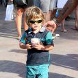 Zachary Furnish-John - Elton John, son compagnon David Furnish et leurs fils Elijah et Zachary se promènent dans les rues à Saint-Tropez, le 19 août 2014