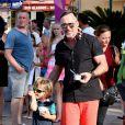 David Furnish et Zachary Furnish-John - Elton John, son compagnon David Furnish et leurs fils Elijah et Zachary se promènent dans les rues à Saint-Tropez, le 19 août 2014