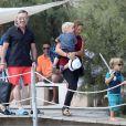 Elton John, son compagnon David Furnish et leurs fils Elijah et Zachary sont allés au Club 55 à Saint-Tropez. Le couple s'est ensuite rendu sur le yacht de Lily Safra dans le port de Saint-Tropez. Le 19 août 2014