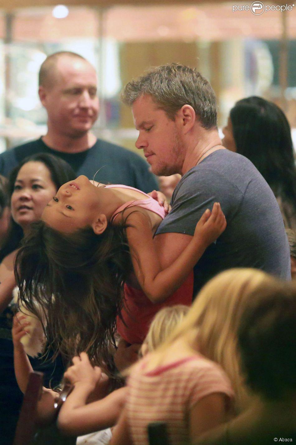 Matt Damon avec sa femme Luciana et leurs filles, Isabella, Alexia, Stella et Gia dont c'est le 6e anniversaire, à Los Angeles le 20 août 2014. Toute la famille s'est rendue à Disneyland.