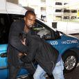 """"""" Kanye West et le paparazzi Daniel Ramos à l'aéroport LAX. Los Angeles, le 19 juillet 2013. """""""