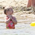 Exclusif - L'adorable Olive dans l'eau - Drew Barrymore et sa fille Olive profitent de la journée sur une plage de Cape Cod dans le Massachusetts, le 23 août 2014.