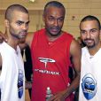 Tony Parker avec son père Tony Parker et son frère Terence à Paris le 27 septembre 2005.