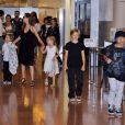 Angelina Jolie, ses jumeaux Knox Leon Jolie-Pitt et Vivienne Marcheline Jolie-Pitt, Shiloh Jolie-Pitt et Pax Thien Jolie-Pitt arrivant à l'aéroport international de Tokyo, le 21 juin 2014