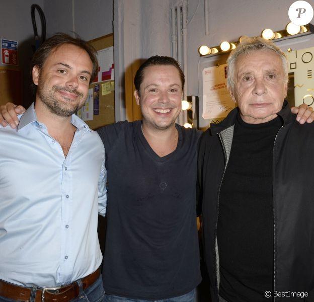 """Michel Sardou et ses fils Romain et Davy au Théâtre Rive-Gauche, après une représentation de la pièce """"Georges et Georges"""", à Paris, le 2 septembre 2014."""