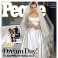 La couverture du magazine People avec les photos du mariage d'Angelina Jolie (habillée d'une robe Atelier Versace) et Brad Pitt