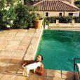 Thomas, le chéri de Nabilla, se prélasse au bord de la piscine. Août 2014.
