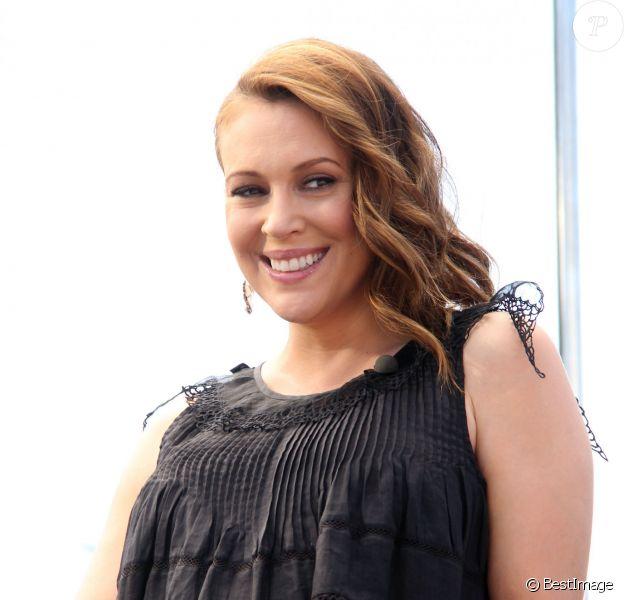 """Alyssa Milano, enceinte, sur le plateau de l'émission """"Extra"""" à Universal City, le 3 juin 2014."""