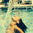 Priscilla Betti : même en vacances dans une piscine, elle ne quitte pas son personnage de Flashdance