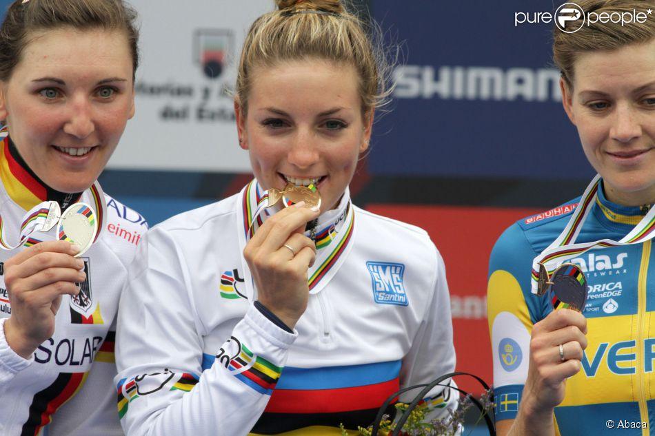 Pauline Ferrand-Prevot sur la plus haute marche du podium après avoir été sacrée championne du monde de cyclisme sur route, le 27 septembre 2014 à Ponteferrada, en Espagne