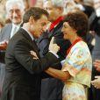 Nicolas Sarkozy et Jeannie Longo, faite Commandeur de la Légion d'Honneur au palais de l'Elysée à Paris, le 6 juillet 2011