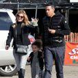 Ellen Pompeo, son mari Chris Ivery et leur fille Stella vont acheter un sapin de Noël à Burbank, le 8 décembre 2013.