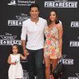 """Mario Lopez, sa femme Courtney Mazza et leur fille Gia lors de la première du film """"Planes 2 : Fire & Rescue"""" à Hollywood, le 15 juillet 2014."""