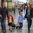 Marcia Cross, son mari Tom Mahoney et leurs filles, Savannah et Eden, prennent un avion à l'aéroport de Los Angeles. Le 14 août 2013