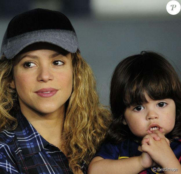La chanteuse Shakira, enceinte, et son fils Milan sont venus encourager Gerard Piqué et le FC Barcelone au Camp Nou le 18 octobre 2014.