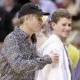 John McEnroe et son fils Sean lors d'un match des Los Angeles Lakers le 30 décembre 2000 à Los Angeles
