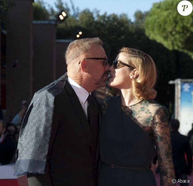 Kevin Costner embrasse sa fille Lily au 9e Festival de Rome, le 24 octobre 2014.