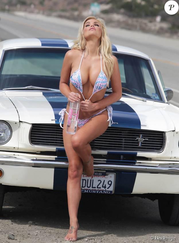 La torride Colleen Shannon enchaîne les poses lors d'un shooting pour 138 Water à Malibu. Le 28 octobre 2014.