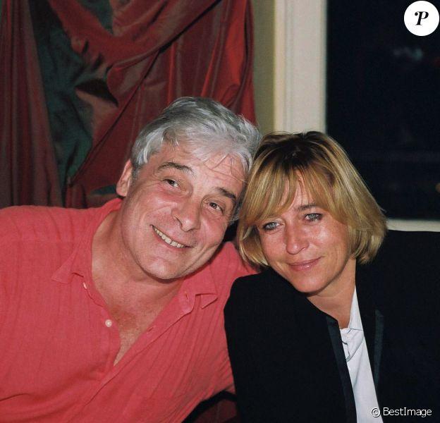 Jacques Weber avec sa femme Christine fêtant ses 52 ans au club Etoile à Paris le 23 août 2001