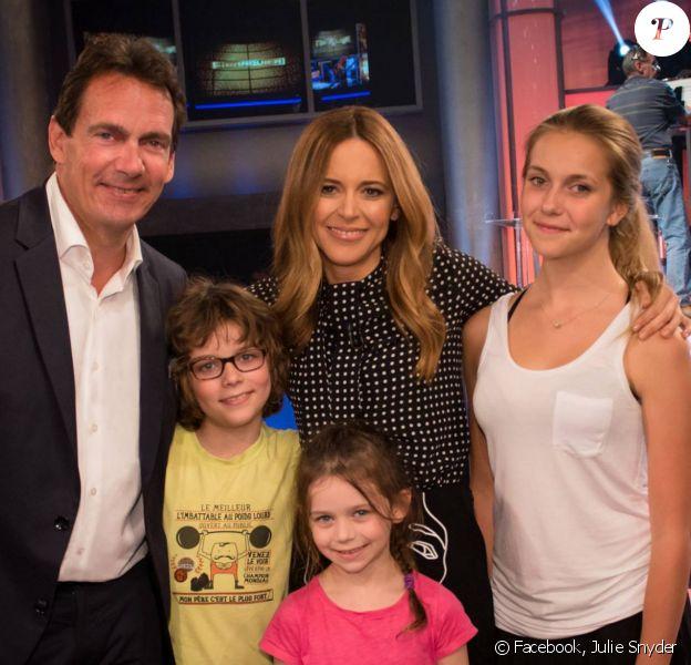 Julie Snyder avec son conjoint Pierre-Karl Péladeau (et sa fille Marie) avec leurs enfants Thomas et Romy, le 4 octobre 2014