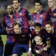 Neymar Da Silva Santos Junior pose avec son fils Davi Lucca da Silva Santos et les autres joueurs avant le match du FC Barcelone contre le RC Celta de Vigo au Camp Nou à Barcelone, le 1er novembre 2014