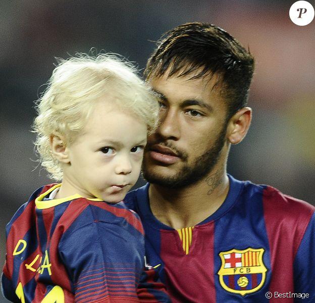 Neymar avec son fils Davi Lucca au Camp Nou à Barcelone, le 1er novembre 2014.