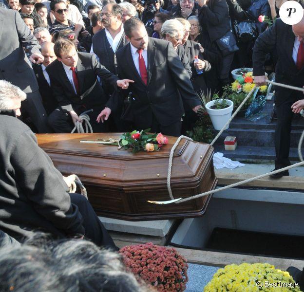 Obsèques de Manitas de Plata, célèbre guitariste de la musique gitane et du flamenco, en présence de sa famille et d'un millier de personnes au funérarium et au cimetière de Grammont, à Montpellier, le 8 novembre 2014.
